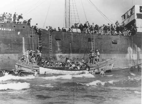 "Aliyah Bet (""illegal"" immigration) ship ""Parita,"" carrying 850 Jewish refugees, lands on a sandbank off the Tel Aviv coast. The British arrested the passengers and interned them at Atlit detention camp. Palestine, August 21, 1939. - Bildarchiv Preussischer Kulturbesitz"