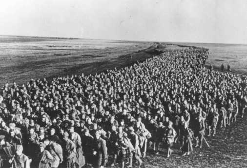 Column of Soviet prisoners of war from the Ukrainian front. Kharkov, Soviet Union, June 18, 1942. - La Documentation Francaise